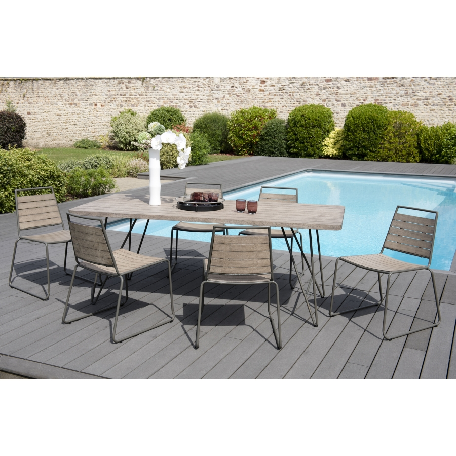 Salon de jardin bois en teck teinté, comprenant 1 table à manger pieds  scandi et 3 lots de 2 chaises empilables bois et métal
